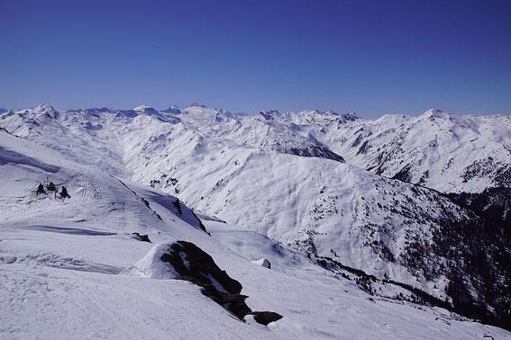 Ein Bergemeer auch im Westen mit dem Olperer als höchster Erhebnung knapp links der Bildmitte