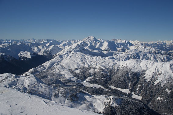 Der Westblick reicht bis zu den Dolomiten, der höchste Berg in der Bildmitte ist der Collin, im Vordergrund deutlich kleiner zeigt sich der Hohe Trieb