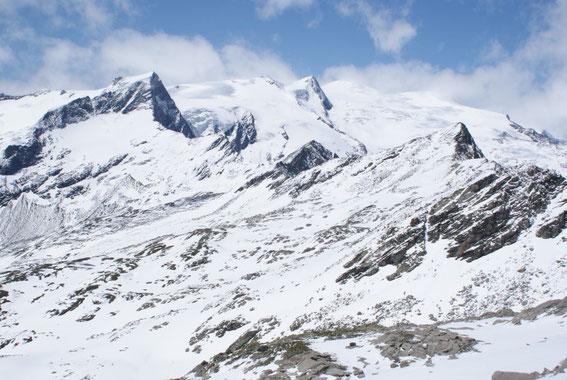 Blick von der Wildenkogelscharte nach Westen (von links nach rechts): Kristallwand, Schwarze Wand und im Nebel der Großvenediger