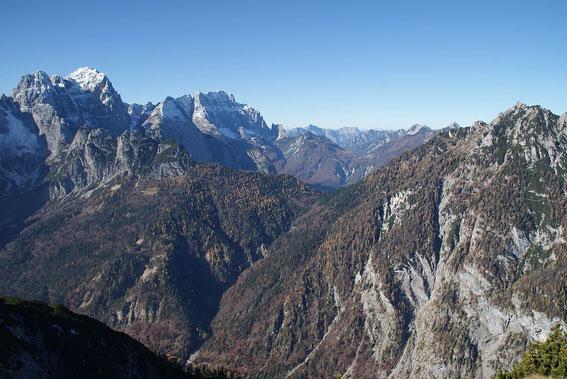 Wischberg und Montasch grüßen mit ihren Nordwänden, knapp rechts vom Montasch reicht der Blick bis zum Antelao
