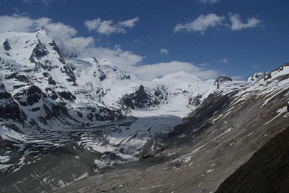 Zum Schluss nochmals der Blick zurück zum Johannisberg (hinten die Schneepyramide). Links der Glockner und rechts ist der Gamsgrubenweg zu erkennen