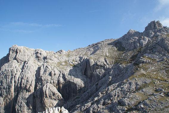 Blick vom Ausstieg des Klettersteigs zum relativ flachen Gipfelbereich der Laserzwand mit dem Gipfelkreuz ganz rechts im Bild