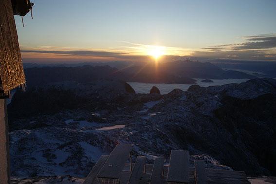 Am nächsten Morgen der Sonnenaufgang mit Torsäule und Dachstein