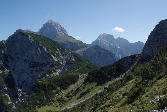 Der Blick zurück zum Sella Ursic, im Hintergrund grüßen Mangart (links) und Jalovec (rechts)