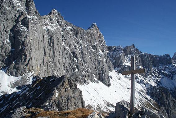 Am Gipfel angelangt mit Blick zur imposanten Dachsteinsüdwand