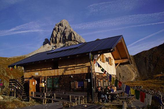 Filmoor Standschützenhütte im Morgenlicht, das Lager befindet sich ein einer seperaten Hütte