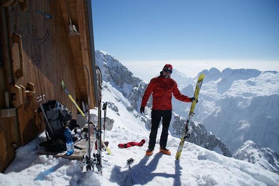 Direkt am Gipfel steht seit 2012 ein neues Biwak (20.3.2016)
