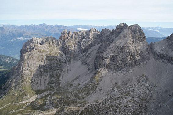 Überblick vom Seekofel zum Panoramaklettersteig, von links nach rechts: Laserzwand, Roter Turm, Kl.und Gr. Laserzkopf, Gr. und Kl. Galitzenspitze, Daumen, Gr. und Kl. Sandspitze sowie Schartenschartl