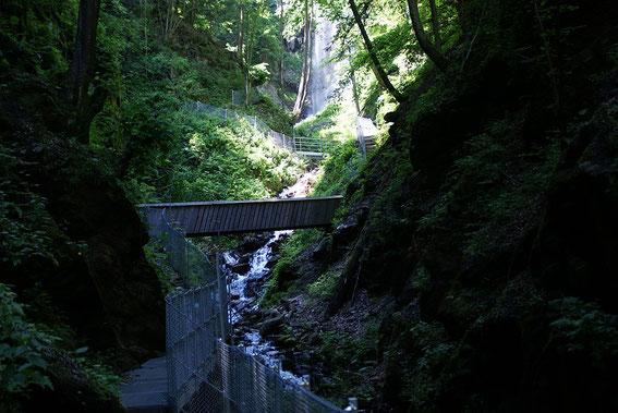 Der Finsterbachgraben, im Hintergrund ist bereits der Schleierwasserfall (letzter des Weges) zu erkennen