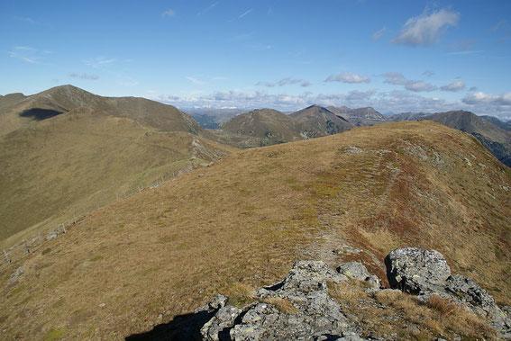 Vom Falkertköpfl der Blick nach Westen zum Steinnock (unscheinbar) und dem Klomnock (links im Bild)