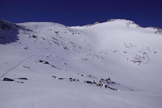 Beim Oberen Langkarsee, das Ziel befindet sich am Kamm im Bildhintergrund.