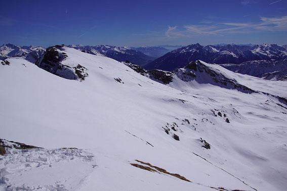 Blick vom Gipfel nach Südosten. In das weite Kar im Bildvordergrund kann man knapp unter dem Gipfel einfahren