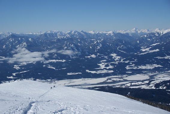 Im Süden sind zahlreiche Gipfel der Gailtaler, Julischen und Karnischen Alpen zu erkennen