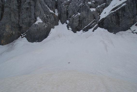 Der Blick über den Eisscheitel, wo das Team gerade die Schneehöhe sondiert, zum höchsten Punkt des Gletschers