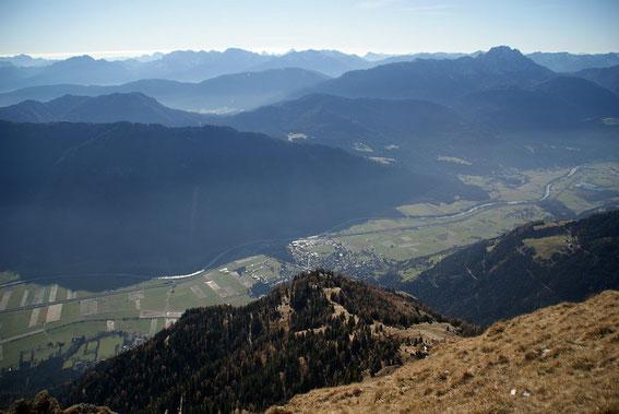 Rund 1600m tiefer liegt das Drautal, im Hintergrund rechts der Reißkofel