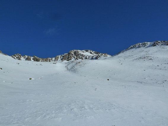 Das Ziel (Bildmitte) mit dem steilen Gipfelauschwung; wir sind am 12.1.2013 durch den weiten Kessel aufgestiegen und erst in etwa 2300m auf den markanten Südrücken gequert