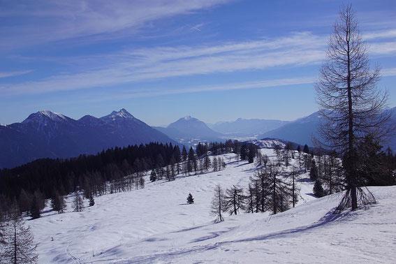 Blick über die herrlichen Almflächen nach Osten zum Dobratsch (Bildmitte)