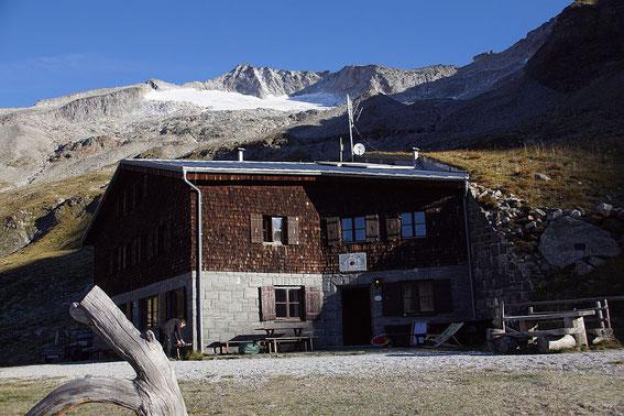 Gießener Hütte mit Hochalm im Hintergrund