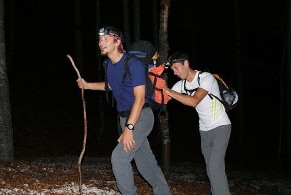 Aufstieg im Wald um 5:30 (mit Stirnlampen), noch ist die Stimmung gut