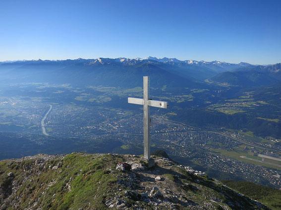 Gipfelkreuz mit Blick hinunter nach Innsbruck