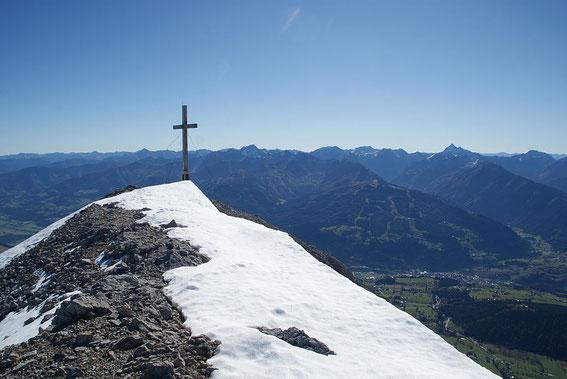 Der Gipfel, im Hintergrund die Schladminger Tauern