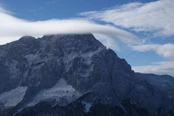 Der Blick hinüber zum Montasch, in dessen Nordwand der größte Gletscher der Julischen Alpen liegt