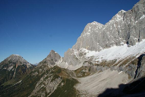 Blick von der Dachsteinsüdwandhütte nach Westen zum Raucheck (kleiner Gipfel links der Bildmitte). Der Steig dorthin führt durch das große Schuttkar.