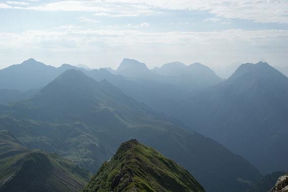 Im Dunst erkennt man im Osten zahlreiche Gipfel, unter anderem auch den markanten Trogkofel (Bildmitte)