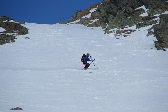 Bei der Abfahrt im steilen Gipfelaufschwung