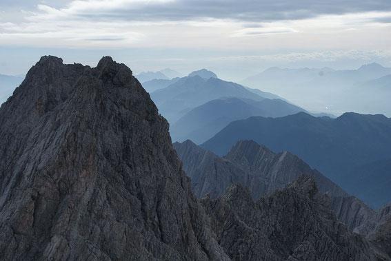 Der Blick nach Osten reicht bis zum Dobratsch bzw. zu den Julischen Alpen