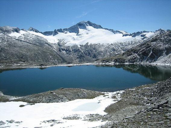 Die Hochalm (3360m) im Vordergrund der Untere Schwarzhornsee