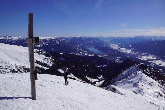 Die letzten Meter zum Gipfel mit herrlichem Tiefblick zum Millstätter See