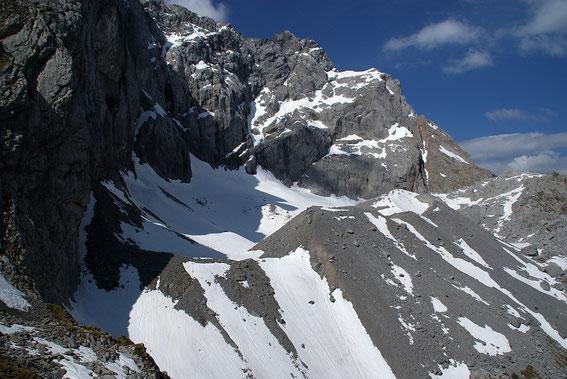 Nach rund 2,5h Aufstieg der Blick von Osten zum Gletscher: Wenig Schnee.