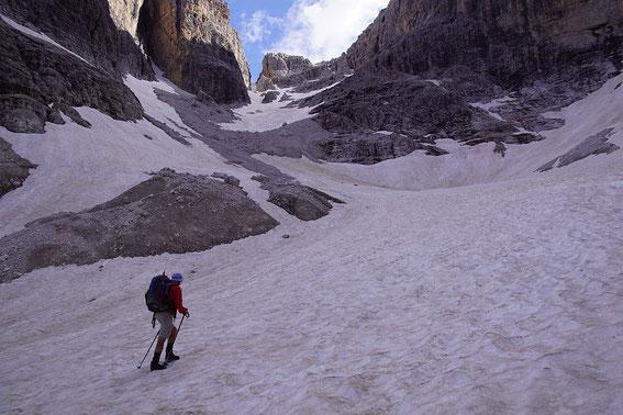Im Inneren Loch, der Aufstieg zieht über das Kar nach links bis in den breiten Sattel rechts der markanten Scharte