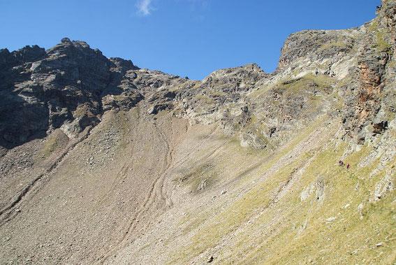Nach Durchquerung dieses Kessels geht es im Sonne-Schatten-Übergang hinauf auf den Grat