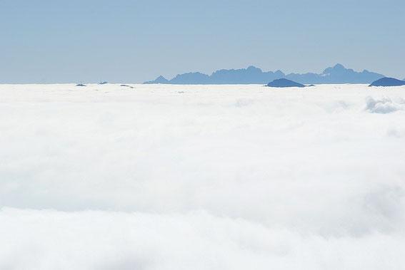 Vom Gipfel aus das Nebelmeer,aus welchem die Gipfel wie Dobratsch und Goldeck gerade mit den Sendern herausragen