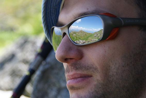 Bei einer Pause knapp unterm Köderkopf, in der Brille spiegelt sich die Köderhöhe