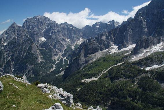 Grande Nabois (ganz links)  mit Wischberg  (links)  und den Kastreinspitzen, rechts der Bildmitte ist der Abstiegsweg zum Biwak Stuparich zu sehen