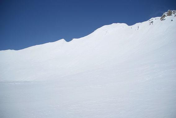 Der sehr steile Gipfelhang