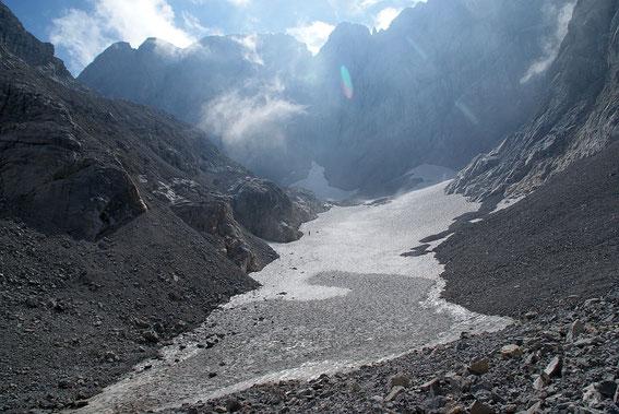 Blick von der Gletscherzunge über den Gletscher zum Wandfuß
