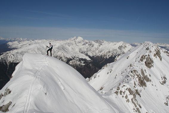 Am Weg zum Gipfel überschreitet man einige kleinere Kuppen, im Hintergrund der Collin