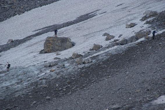 Größenvergleich: der Stein (mit der Person) ist im oberen Bild etwas rechts der Bildmitte zu erkennen