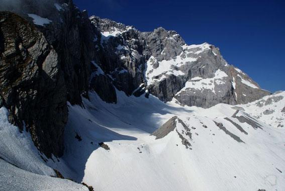 Blick ins Eiskar, die Moränen weisen schon eine etwas geringere Schneebedeckung als Ende Mai 2010 auf