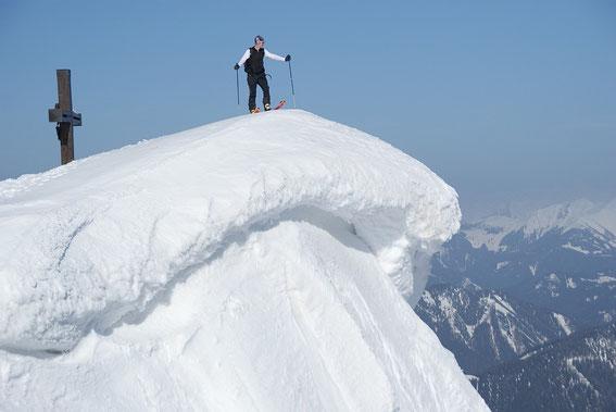 Am Gipfel liegt im Frühjahr 2014 noch sehr viel Schnee