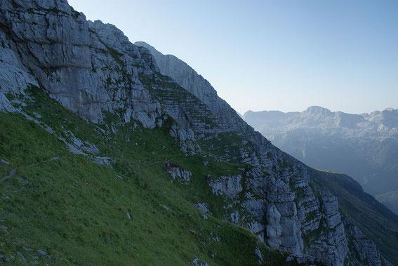 Der Weg unmittelbar nach der Abzweigung unter der Terrarossa