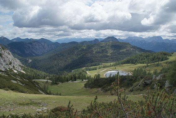Abstieg über die Garnitzenalm; im Hintergrund links zeigen sich die östlichen Karnischen Alpen und rechts die Julier