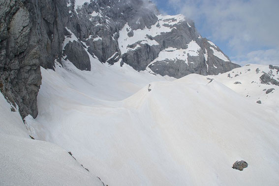 Der erste Blick von Osten auf den Gletscher zeigt eine ausgezeichnete Schneelage