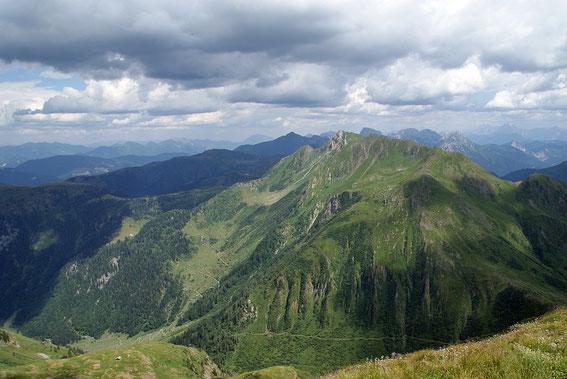 Im unteren Bildrand ist der Karnische Höhenweg hin zur Oberen Bischof Alm erkennbar, hoch drüber der Hohe Trieb