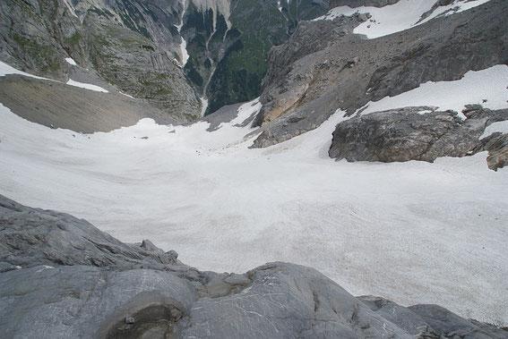 Die Gletscherzunge wirkt heuer deutlich tiefer als in den Jahren 2010 oder 2011, dies liegt daran, dass im Sommer 2012 mehrere Meter Firn abgeschmolzen sind