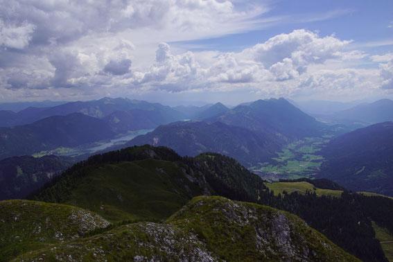 Blick vom Sattelnock nach Osten, links der Weißensee rechts das Gitschtal